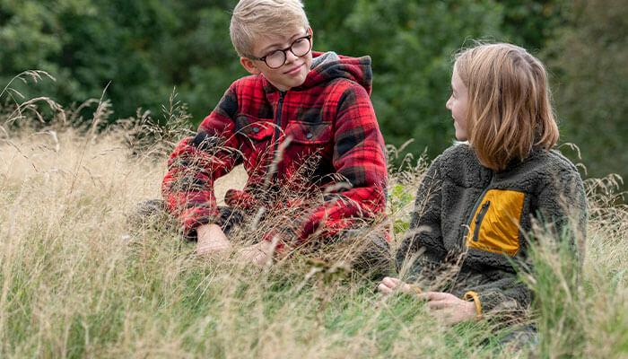 Barnkläder som tål tuffa tag! Våra barnkläder är funktionella, hållbara och passar perfekt till  både stora och små äventyr.